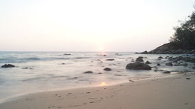 Sonnenuntergang auf dem Seeufer Stockfotos