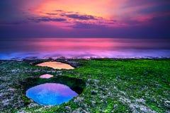 Sonnenuntergang auf dem Strand in Bali Stockfotografie