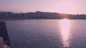 Sonnenuntergang auf dem Strand an der goldenen Stunde Peniscola, Spanien stock video