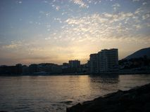 Sonnenuntergang auf dem Strand in Fuengirola Màlaga Stockbild