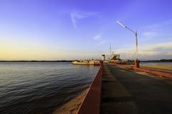Sonnenuntergang auf dem Strand mit altem Schiff Stockbilder