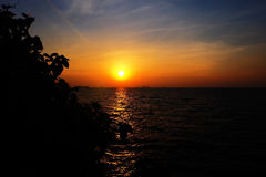 Sonnenuntergang auf dem Strand mit altem Schiff Lizenzfreie Stockbilder