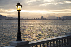 Sonnenuntergang auf dem Strand mit Ansichten der Stadt Lizenzfreies Stockbild