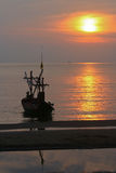 Sonnenuntergang auf dem Strand mit Boot stockbilder