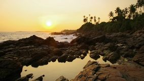 Sonnenuntergang auf dem Strand mit Kokosnusspalmen Sri Lanka stock footage