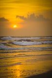 Sonnenuntergang auf dem Strand mit Wellen crashing3 Lizenzfreie Stockfotos