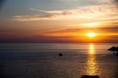 Sonnenuntergang auf dem Strand mit Wolken Wasser des ruhigen Sees Schöne Farben im Himmel Blaue und orange Schatten Ruhiger Platz Lizenzfreies Stockbild