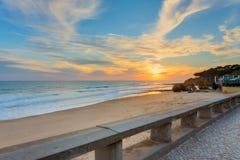 Sonnenuntergang auf dem Strand Olhos de Agua Stockfotos