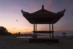 Sonnenuntergang auf dem Strand, Schattenbildhütte stockfotos
