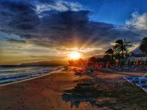 Sonnenuntergang auf dem Strand von Kreta stockfotografie