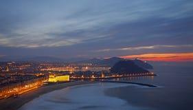 Sonnenuntergang auf dem Strand Zurriola in Donostia Lizenzfreie Stockbilder