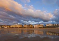 Sonnenuntergang auf dem Strand Zurriola, Stadt von Donostia Lizenzfreie Stockfotos