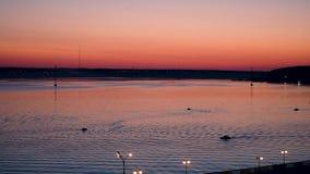 Sonnenuntergang auf dem Ufer von einem Teich stock video