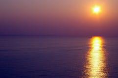 Sonnenuntergang auf dem Wasser stockbilder