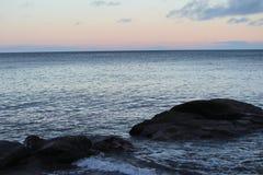 Sonnenuntergang auf dem Wasser Stockbild