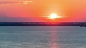 Sonnenuntergang auf dem Wasser stock video footage