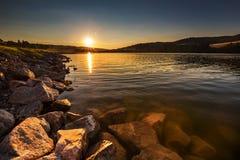 Sonnenuntergang auf dem Wasserreservoir Kretinka Lizenzfreie Stockbilder