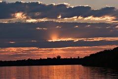 Sonnenuntergang auf dem Zambezi Stockbild