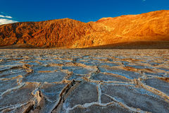 Sonnenuntergang auf den Badwater-Bildungen in Nationalpark Death Valley Lizenzfreies Stockfoto