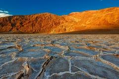 Sonnenuntergang auf den Badwater-Bildungen in Nationalpark Death Valley lizenzfreies stockfoto