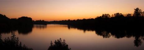 Sonnenuntergang auf den Banken des Garonnes Lizenzfreie Stockfotos