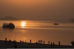 Sonnenuntergang auf den Banken von Fluss Brahmaputra, Gauhati Stockbilder