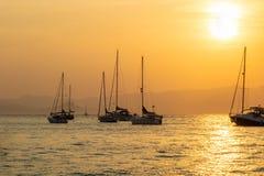 Sonnenuntergang auf den Segelbooten in Lérins-Inseln, Cannes französisches Riviera Frankreich lizenzfreie stockfotos