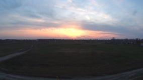 Sonnenuntergang auf den Stadtränden der Stadt stock video footage