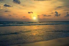 Sonnenuntergang auf den Ufern des Indischen Ozeans Stockfotos