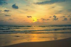 Sonnenuntergang auf den Ufern des Indischen Ozeans Lizenzfreie Stockfotografie