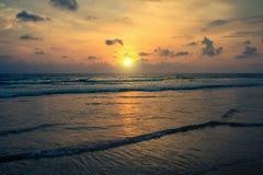 Sonnenuntergang auf den Ufern des Indischen Ozeans Stockbilder