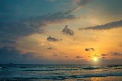 Sonnenuntergang auf den Ufern des Indischen Ozeans Lizenzfreies Stockbild