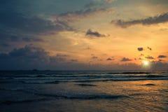 Sonnenuntergang auf den Ufern des Indischen Ozeans Lizenzfreie Stockfotos