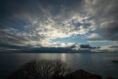 Sonnenuntergang auf der Adria Herbsthimmel über dem Meer lizenzfreie stockfotos