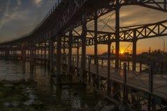 Sonnenuntergang auf der Brücke lizenzfreies stockfoto