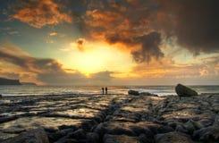 Sonnenuntergang auf der felsigen Insel Stockfotografie