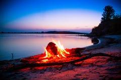 Sonnenuntergang auf der Flussbank Stockbild