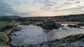 Sonnenuntergang auf der Gebirgsküste Lizenzfreie Stockbilder