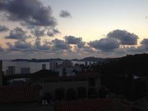 Sonnenuntergang auf der goldenen Zone von Acapulco& x27; s-Bucht Stockfotos