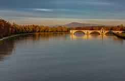 Sonnenuntergang auf der Heilig-Benezetbrücke und das Mont-Ventoux - das Avignon - das Frankreich lizenzfreies stockbild
