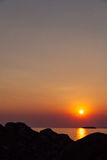Sonnenuntergang auf der Küste über dem Hügel Lizenzfreie Stockbilder