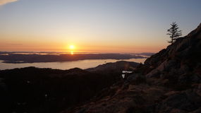 Sonnenuntergang auf der norwegischen Küste Stockbilder