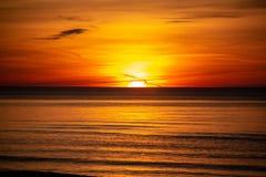 Sonnenuntergang auf der Ostsee Lettland, Bolderaja des Strandes Lizenzfreie Stockbilder