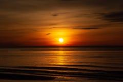 Sonnenuntergang auf der Ostsee Lettland, Bolderaja des Strandes Stockfotografie