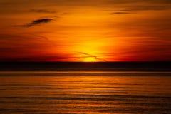 Sonnenuntergang auf der Ostsee Lettland, Bolderaja des Strandes Stockfoto
