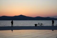 Sonnenuntergang auf der Seeküste Stockfotos