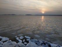 Sonnenuntergang auf der Seeküste im Winter lizenzfreie stockfotografie