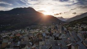 Sonnenuntergang auf der Stadt von Briancon Stockfotografie