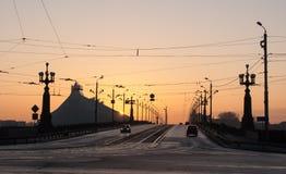 Sonnenuntergang auf der Steinbrücke Akmens kippt in Riga stockfotografie
