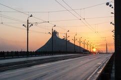 Sonnenuntergang auf der Steinbrücke Akmens kippt in Riga lizenzfreie stockbilder